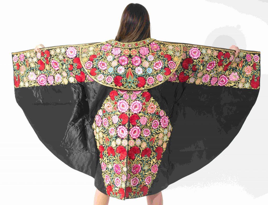 Capote de paseo negro con flores de colores