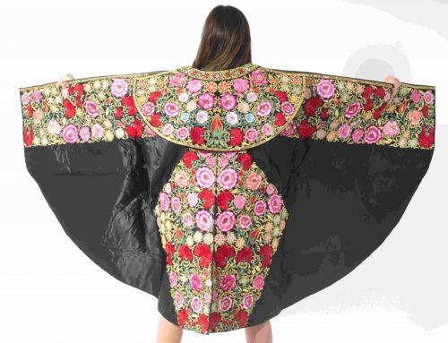 Manteau de marche noir avec des fleurs colorées
